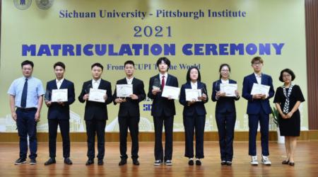 图为获奖学生与校领导、学院领导及教师代表合影